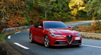 Alfa Romeo Giulia Quadrifoglio vermelho fazendo curva na estrada