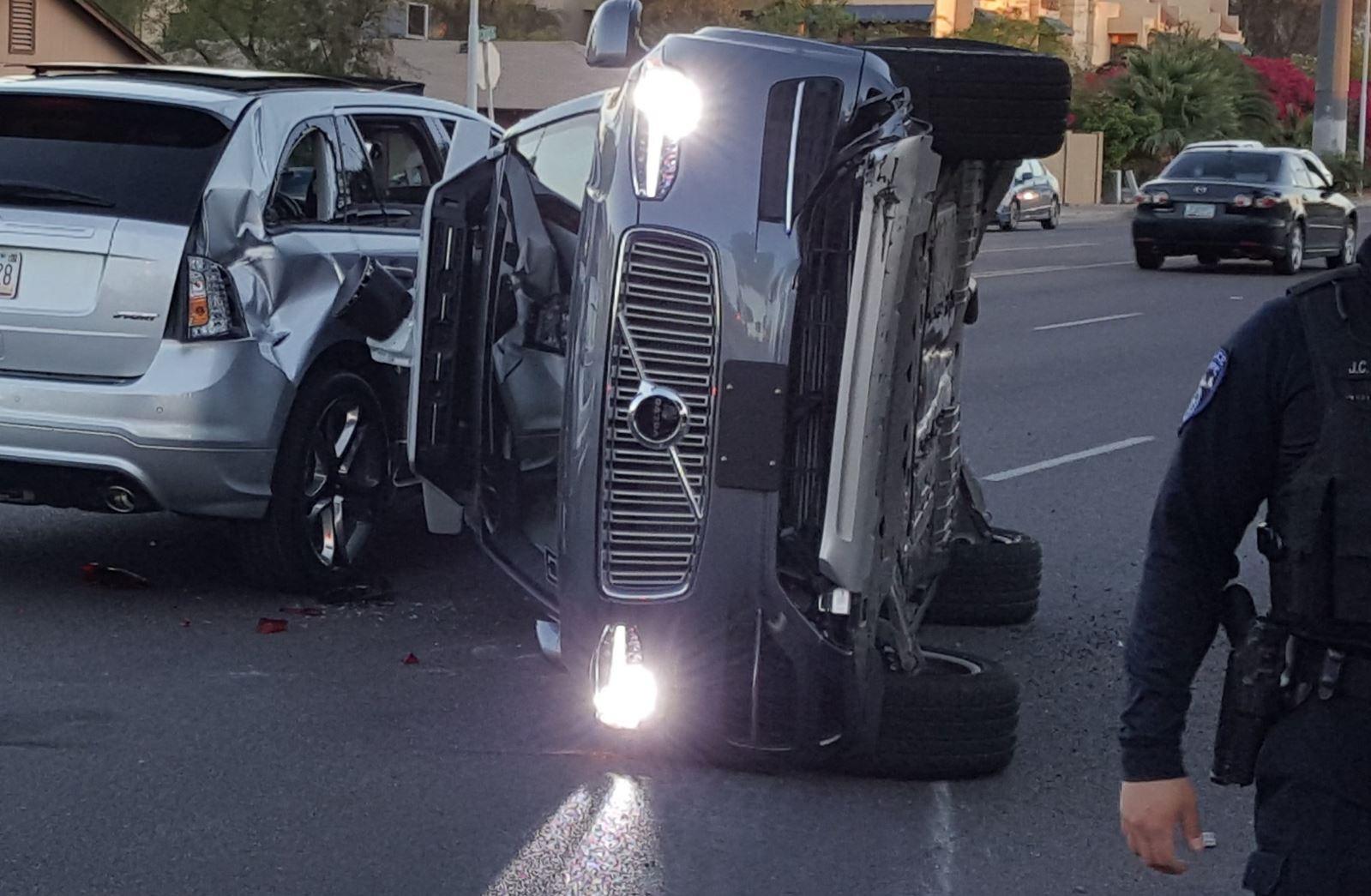 XC90 da Uber tomba após colisão