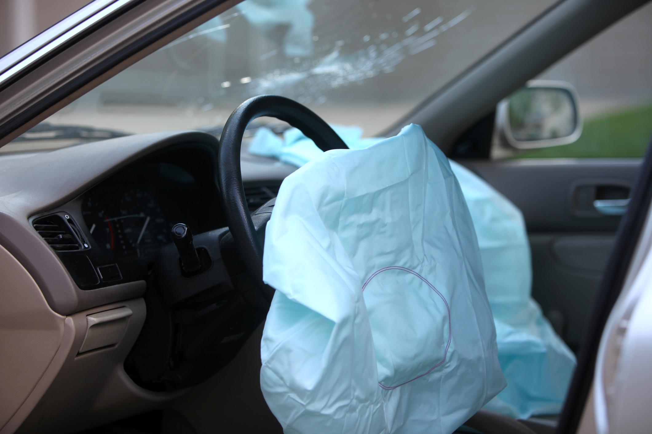 Foto mostra airbag já vazio depois de ser disparado de volante de carro