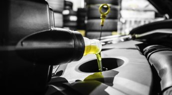 Aplicação de óleo no motor