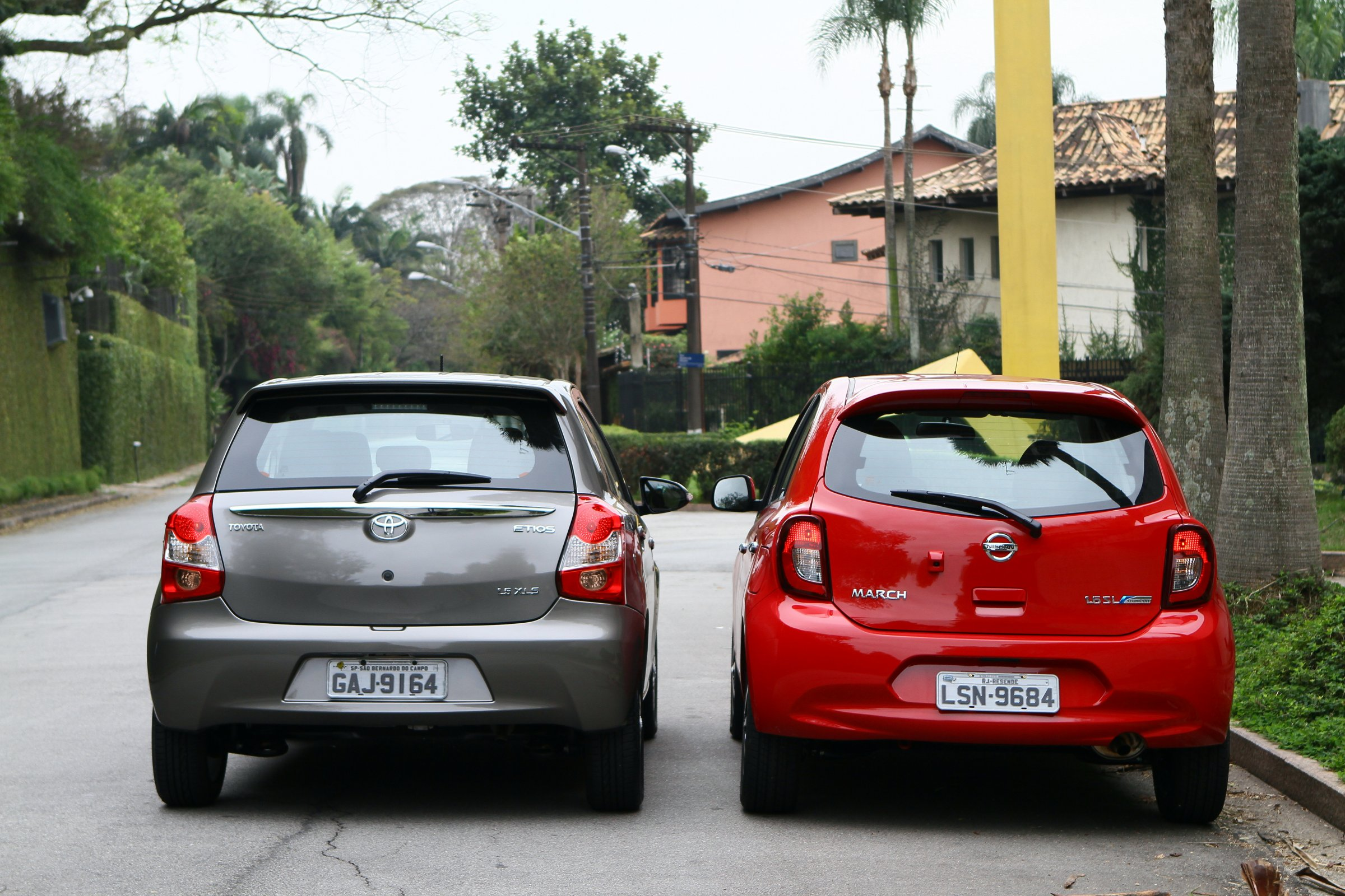 Comparativo Toyota Etios x Nissan March