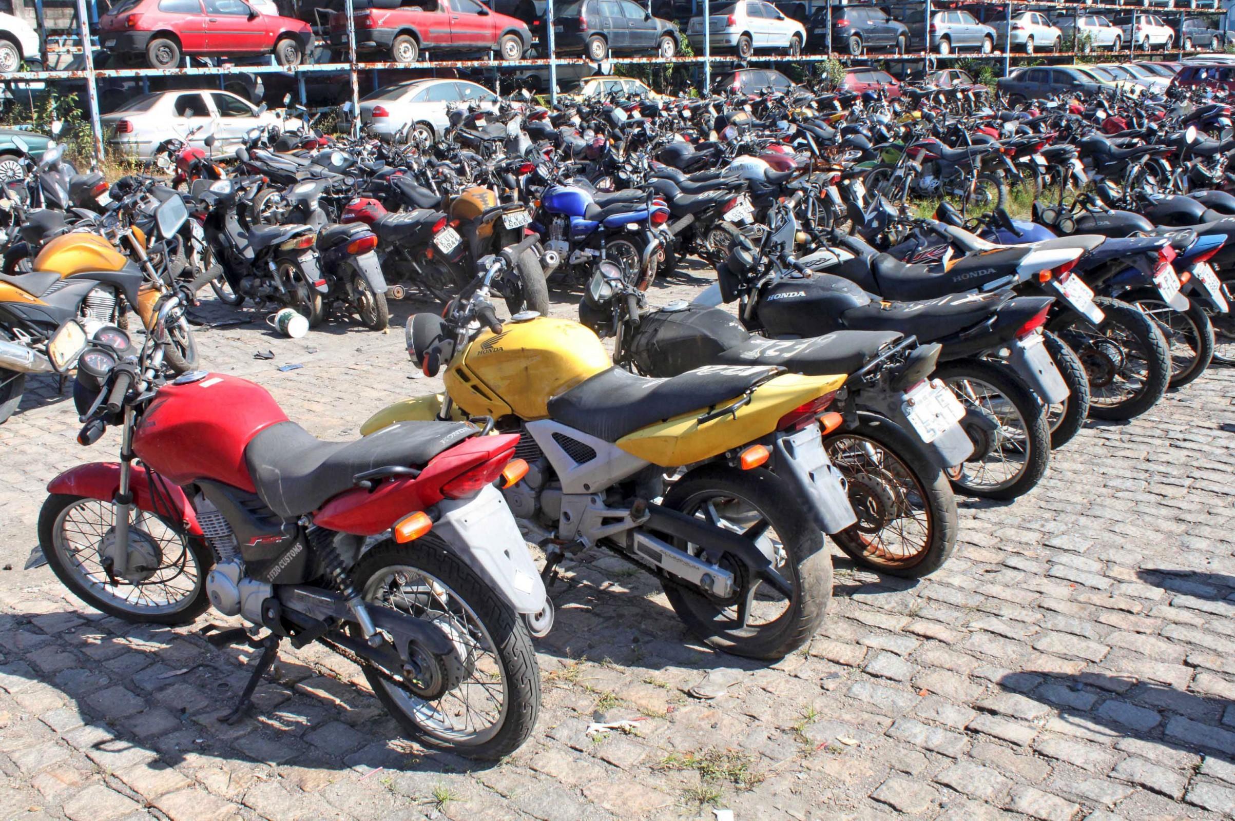 Motocicletas perfiladas em um pátio para serem licenciadas