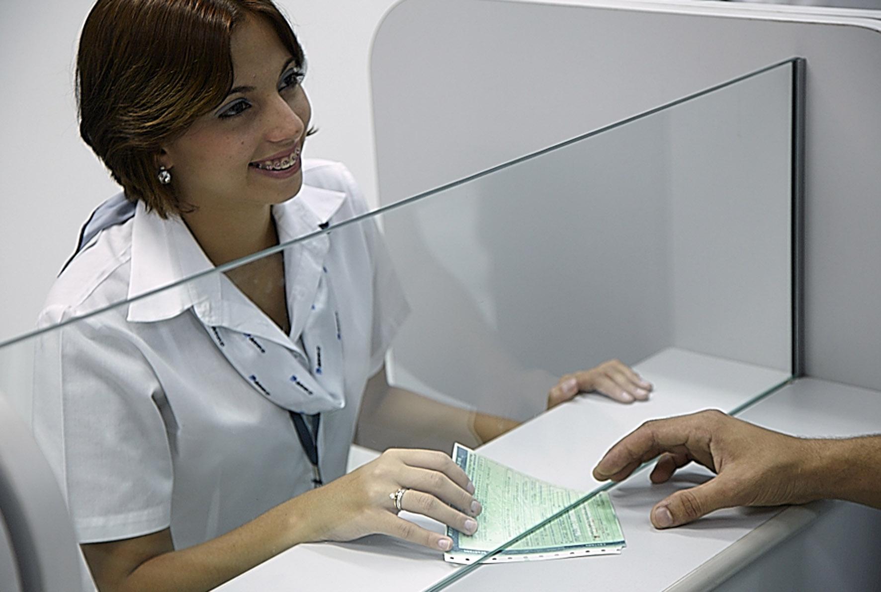 Atendente realizando a entrega de documentos do veículo