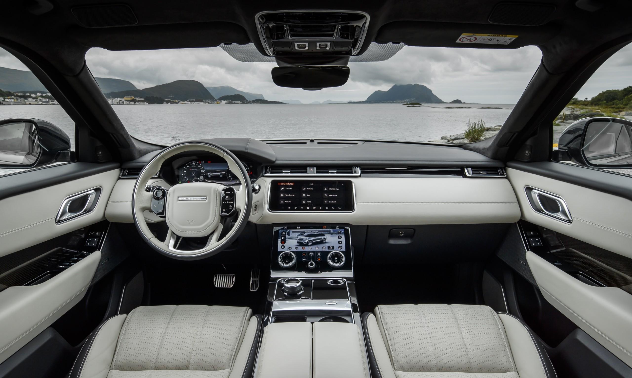 Interior do SUV britânico traz duas telas sensíveis ao toque