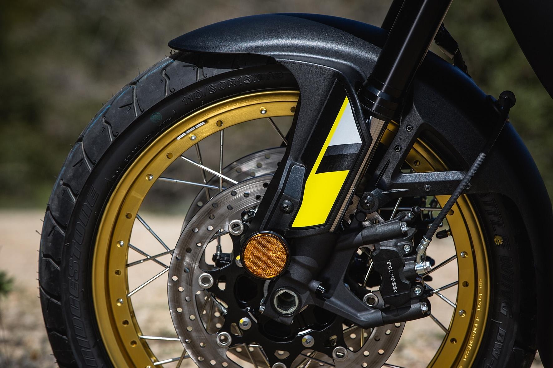 Roda dianteira de 19 polegadas com pneu sem câmara é atração na Suzuki V-Strom