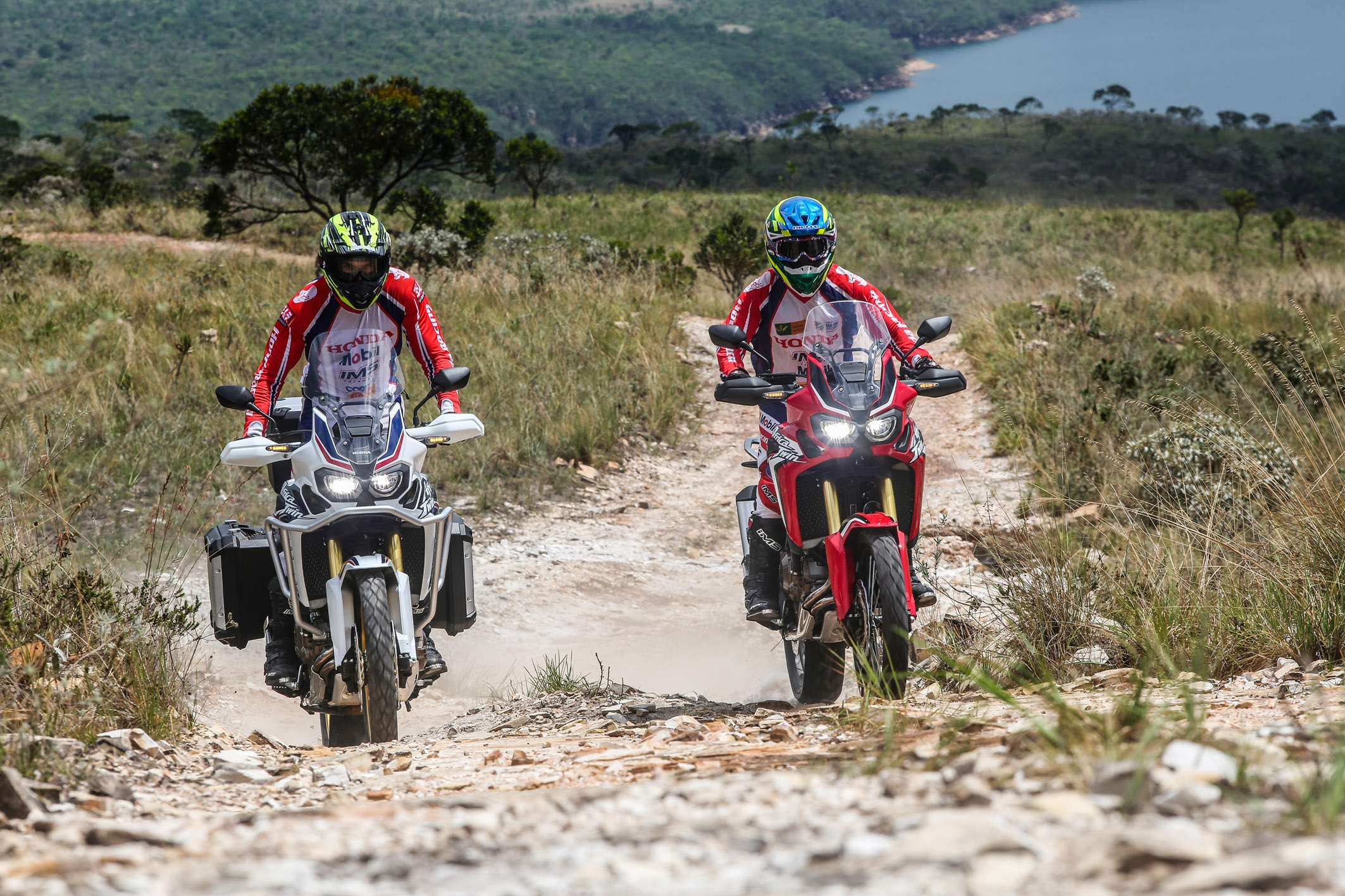 Com 25 cm de vão livre do solo a Africa Twin vai bem no fora-de-estrada