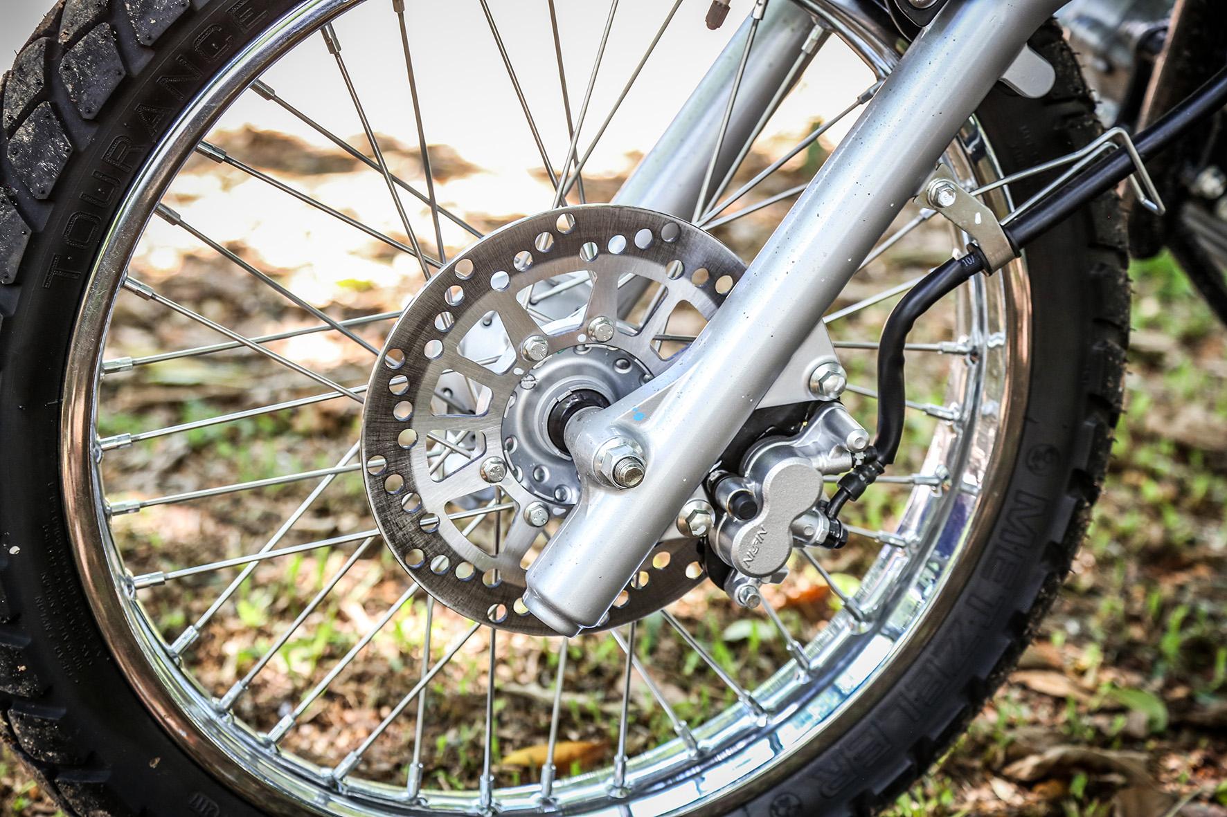 Na roda dianteira de 19 polegadas, o freio tem disco de 230 mm de diâmetro