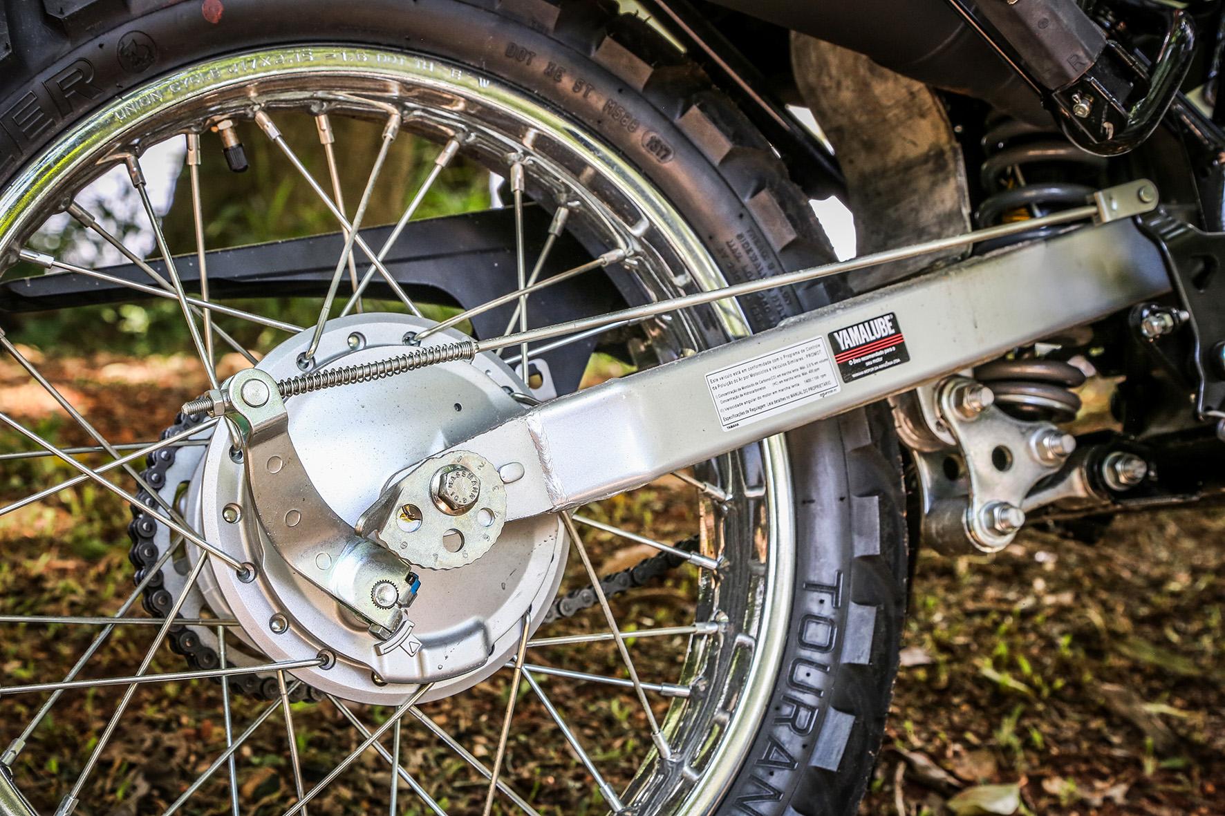 Na roda traseira aro 17, o freio é a tambor