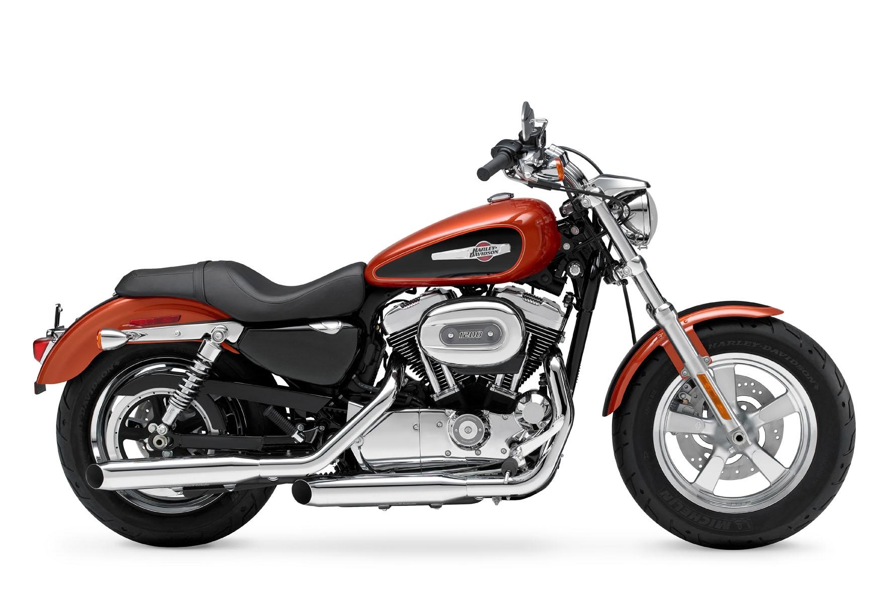 O peso é elevado mas o banco e o centro de gravidade baixos facilitam a pilotagem da Harley XL 1200