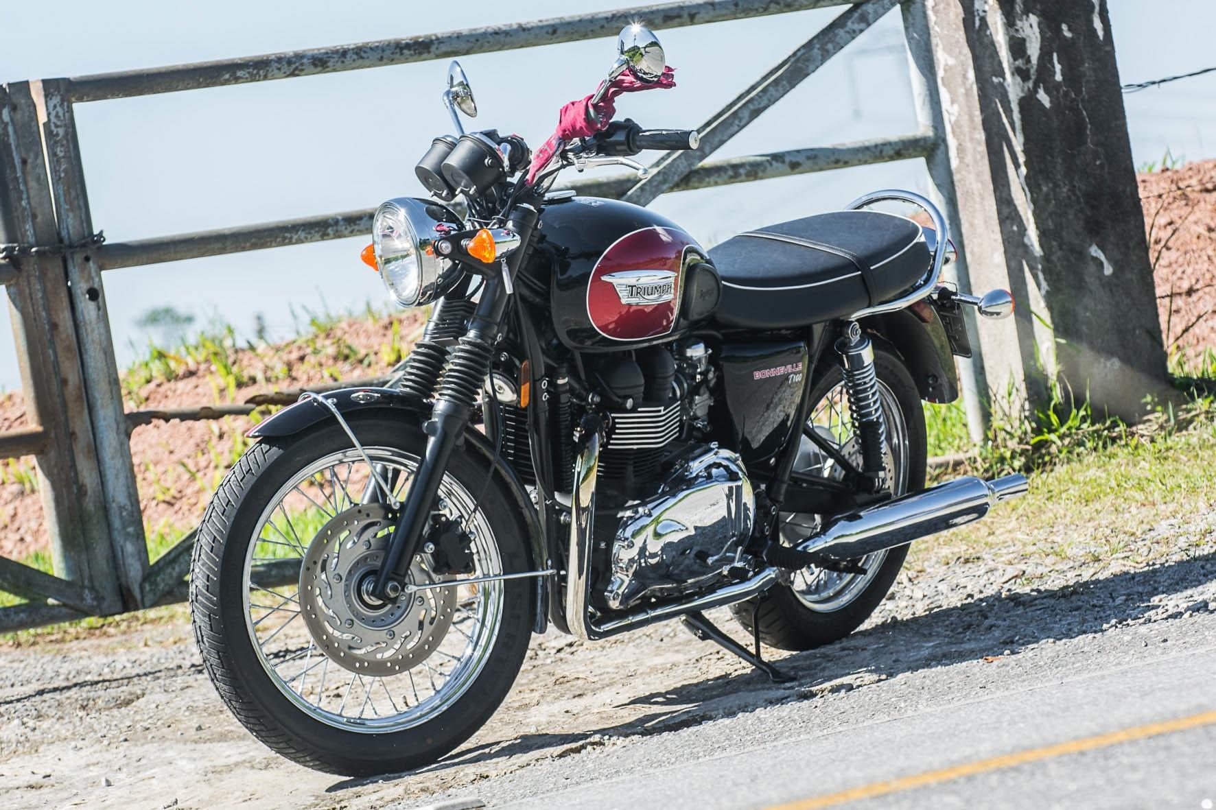 A Triumph Bonneville tem estilo clássico que remete aos anos de 1950