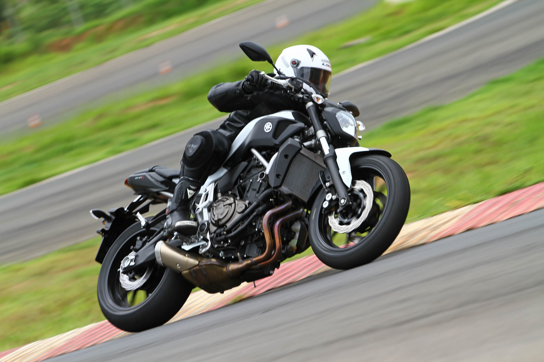 A Yamaha MT-07 é ideal para quem gosta de acelerar nas curvas graças a sua boa ciclística