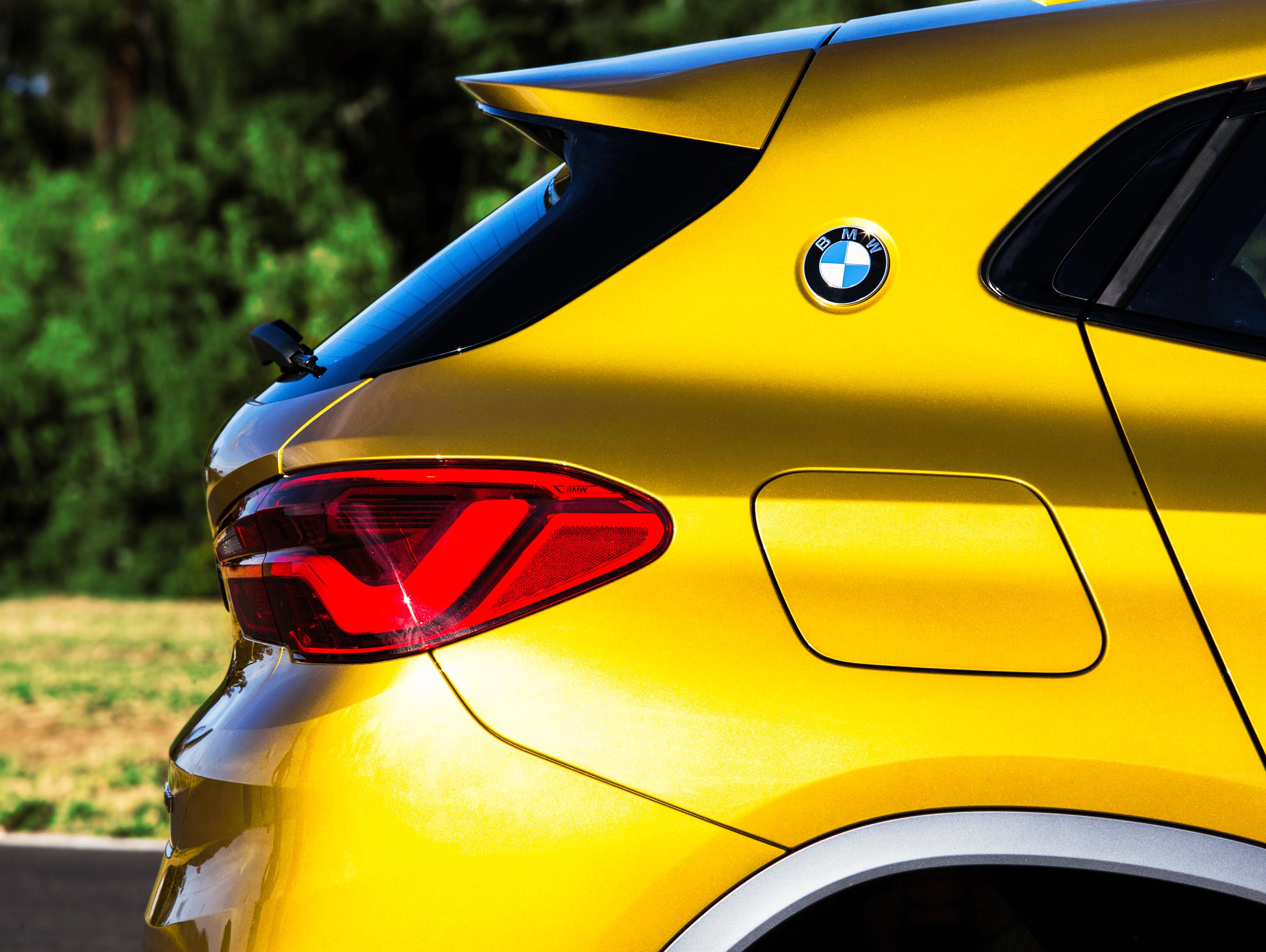 Logo na coluna C remete a modelos clássicos da BMW