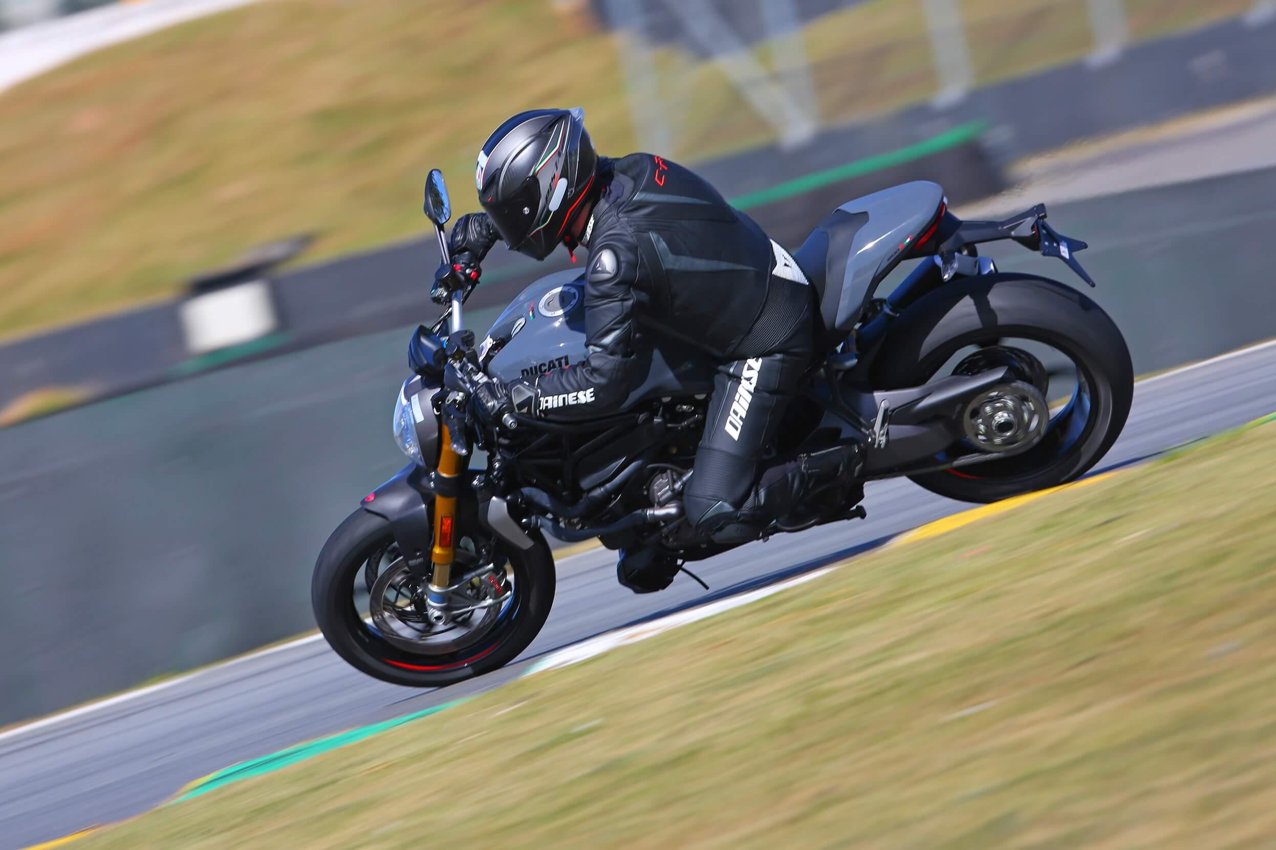 Entre as iniciativas para aumentar a segurança está o ABS para curvas, que equipa a Monster 1200S