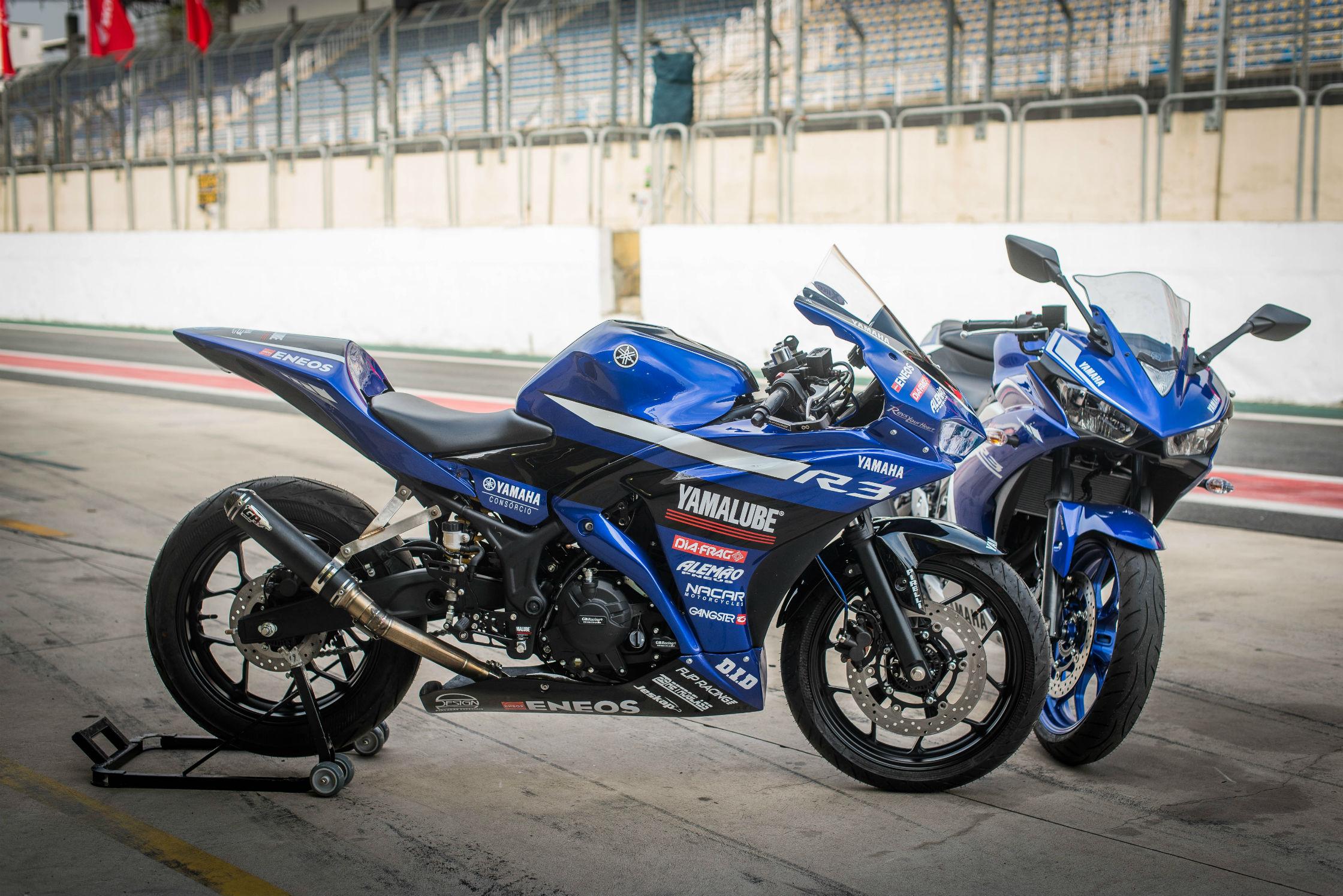 Yamaha R3 de competição e atrás modelo original