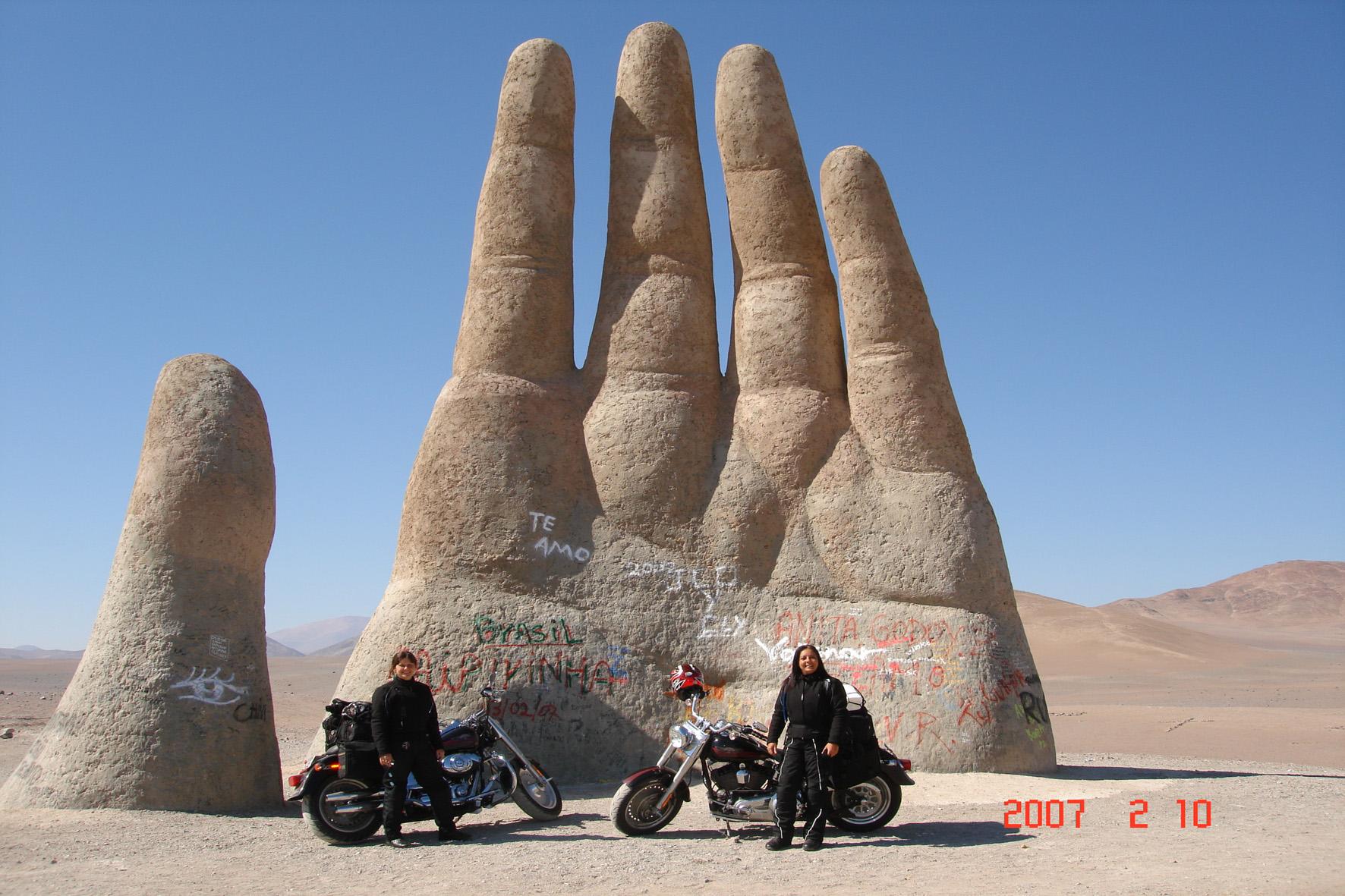 Em 2007 em frente a Mão do Deserto, no deserto do Atacama