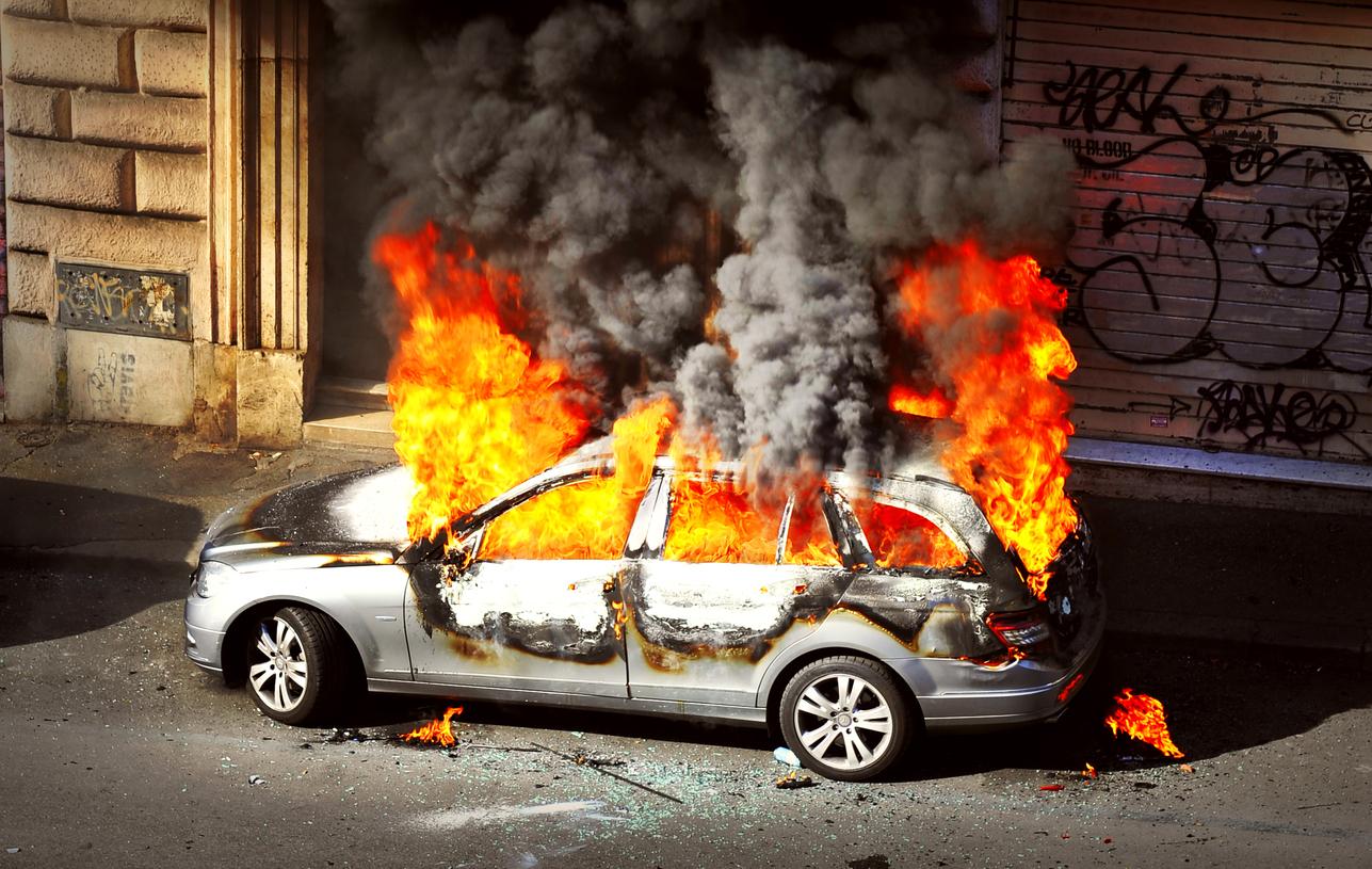 Mercedes-Benz consumida pelo fogo