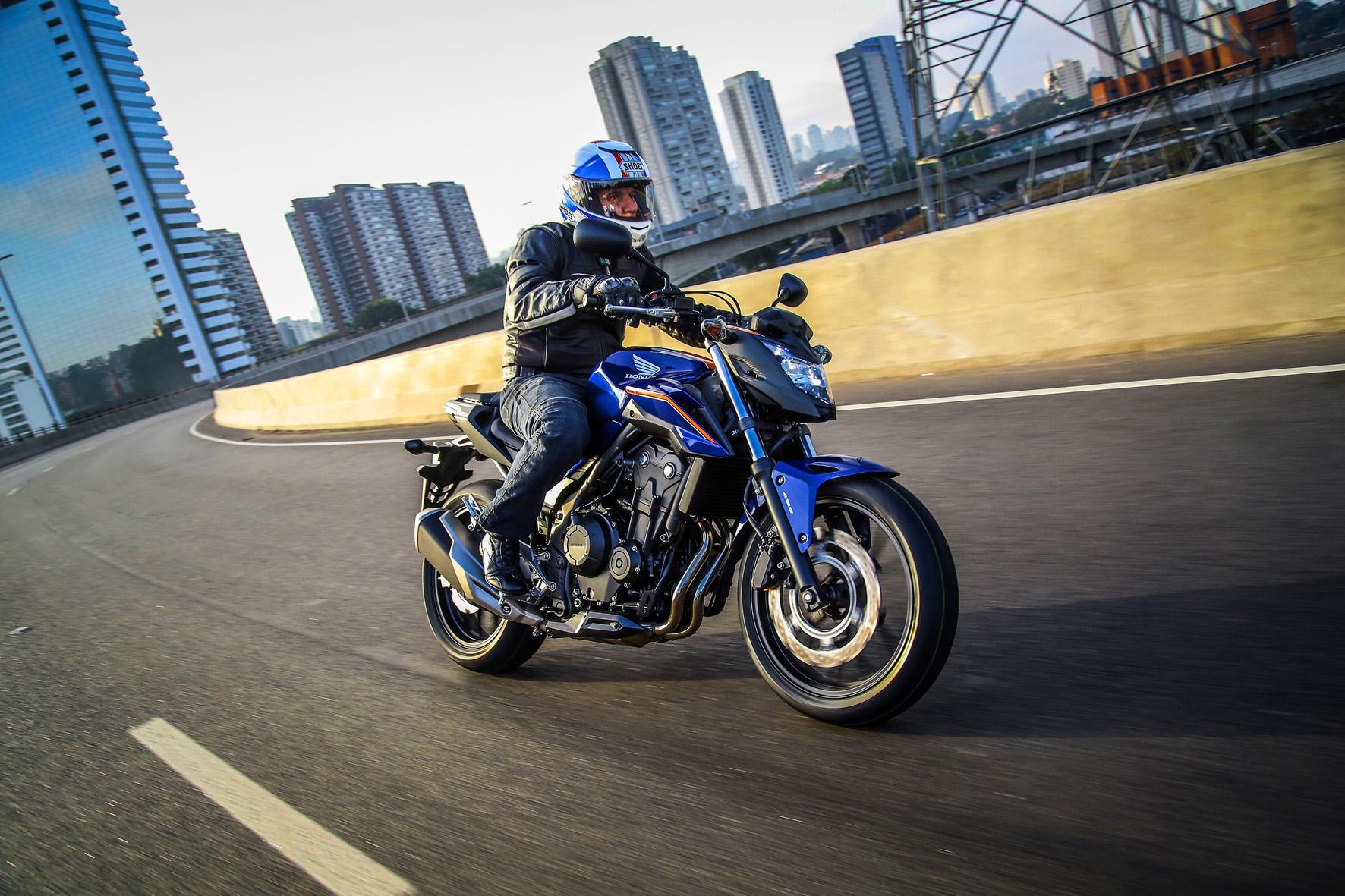 Conforto e suavidade na pilotagem são características da Honda CB 500 F