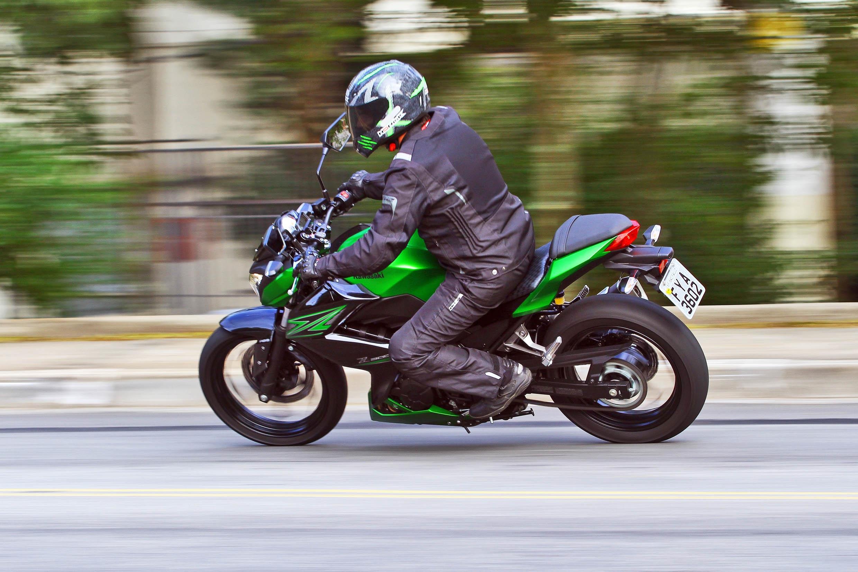 A Kawasaki Z 300 pede que o piloto use o câmbio forma constante para buscar o melhor desempenho