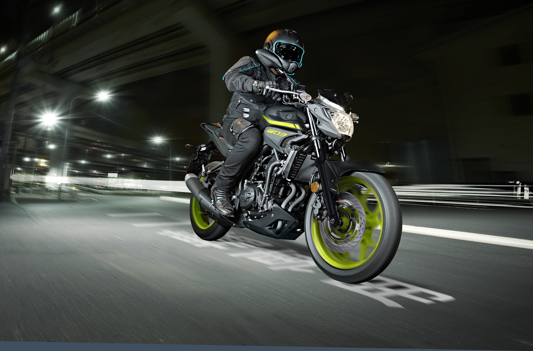 O tanque da Yamaha MT-03 tem capacidade para 14 litros, a moto pesa 169 kg já abastecida