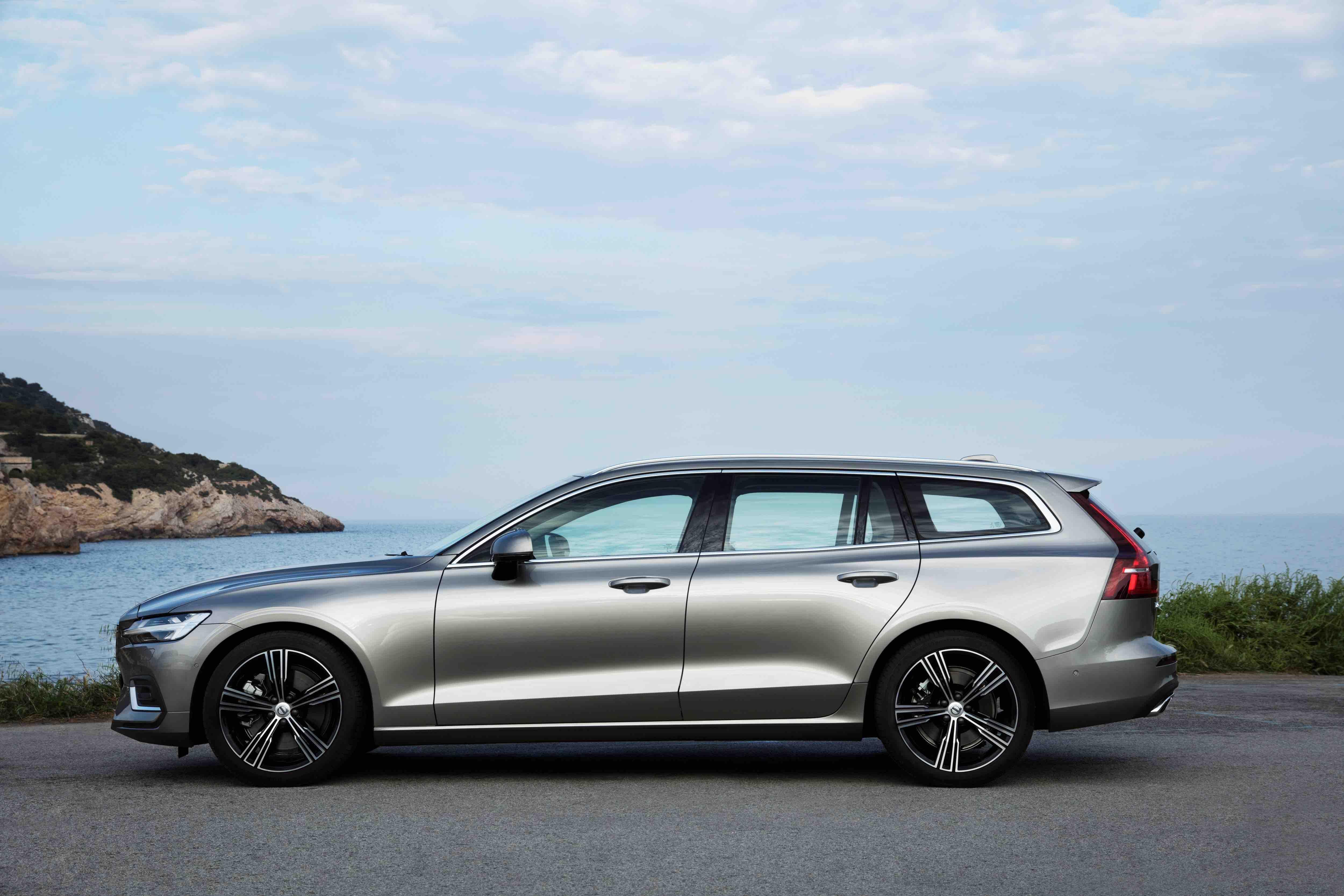 Volvo V60 2018 Momentum tem 4,76 metros de comprimento