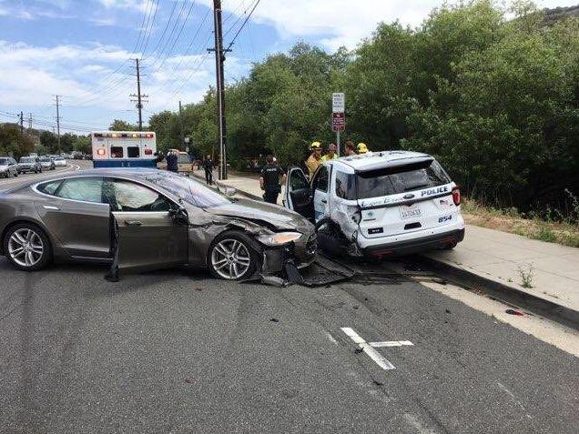 Tesla Model S bate em SUV da polícia na Califórnia