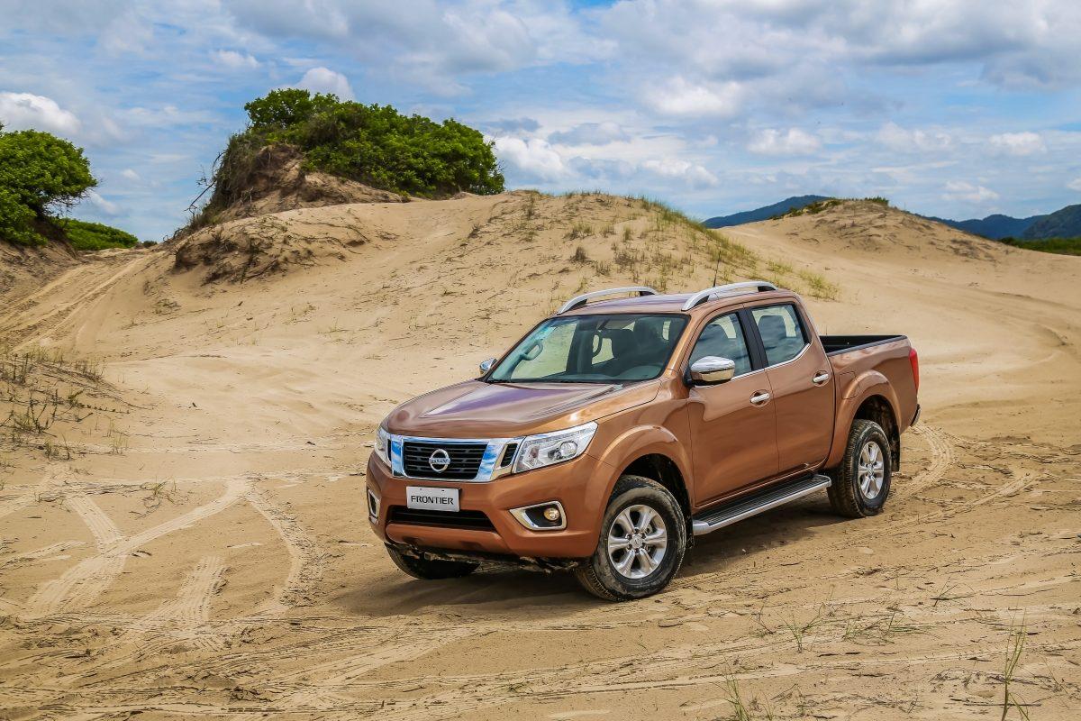 Nissan Frontier bronze na areia