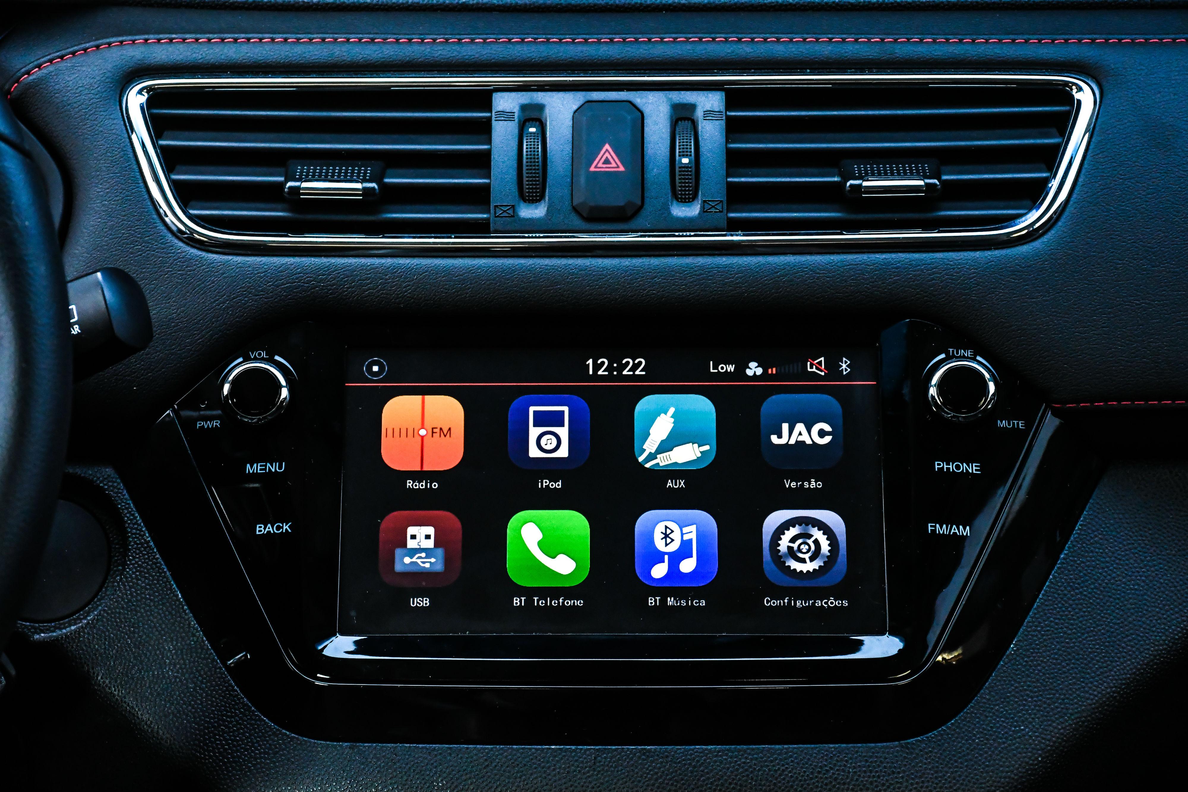 Central multimídia espelha celular, mas não tem Android Auto ou Apple CarPlay.