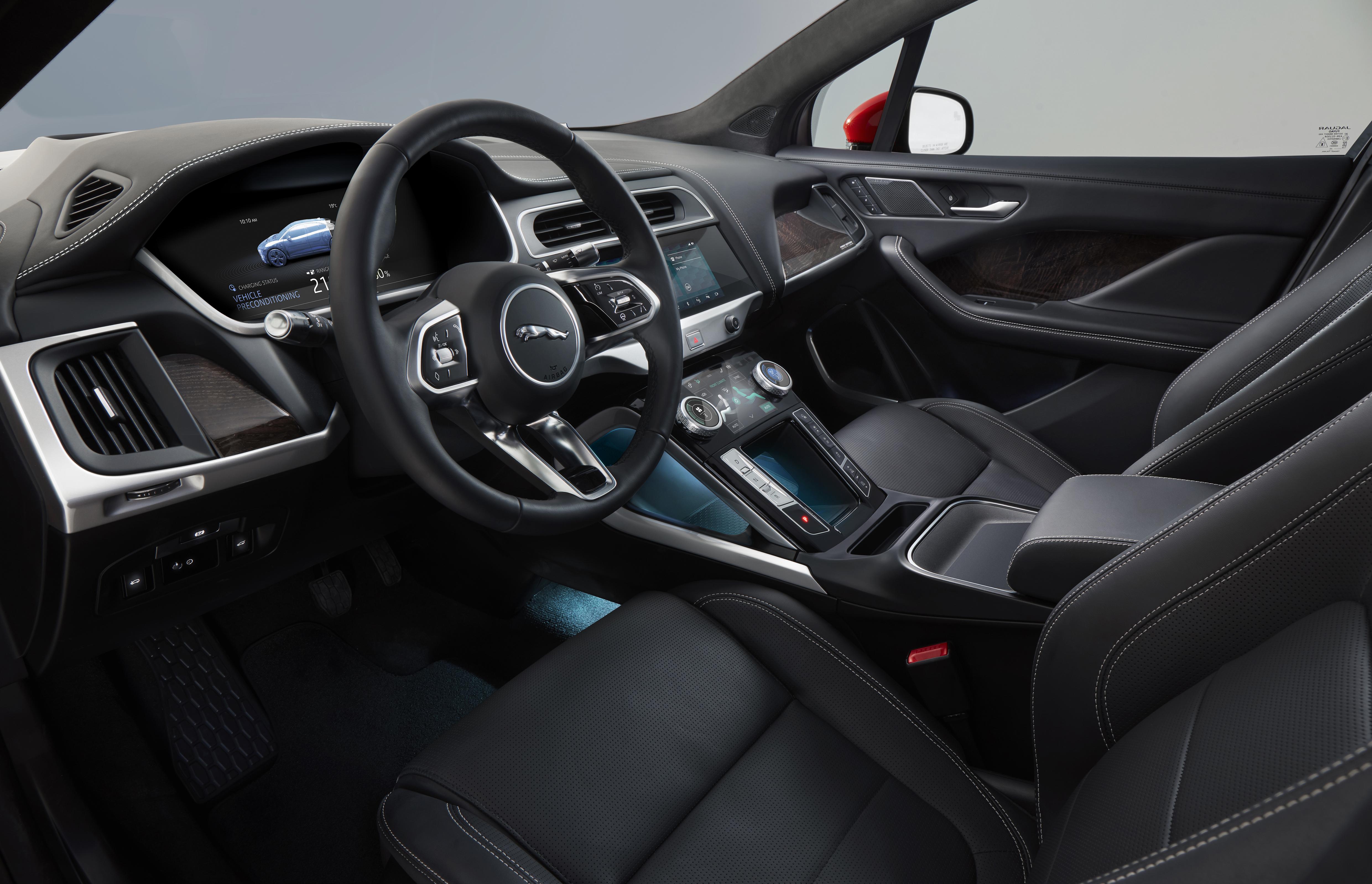 Interior é luxuoso, como é de se esperar em um Jaguar, sem que isso atrapalhe a ergonomia