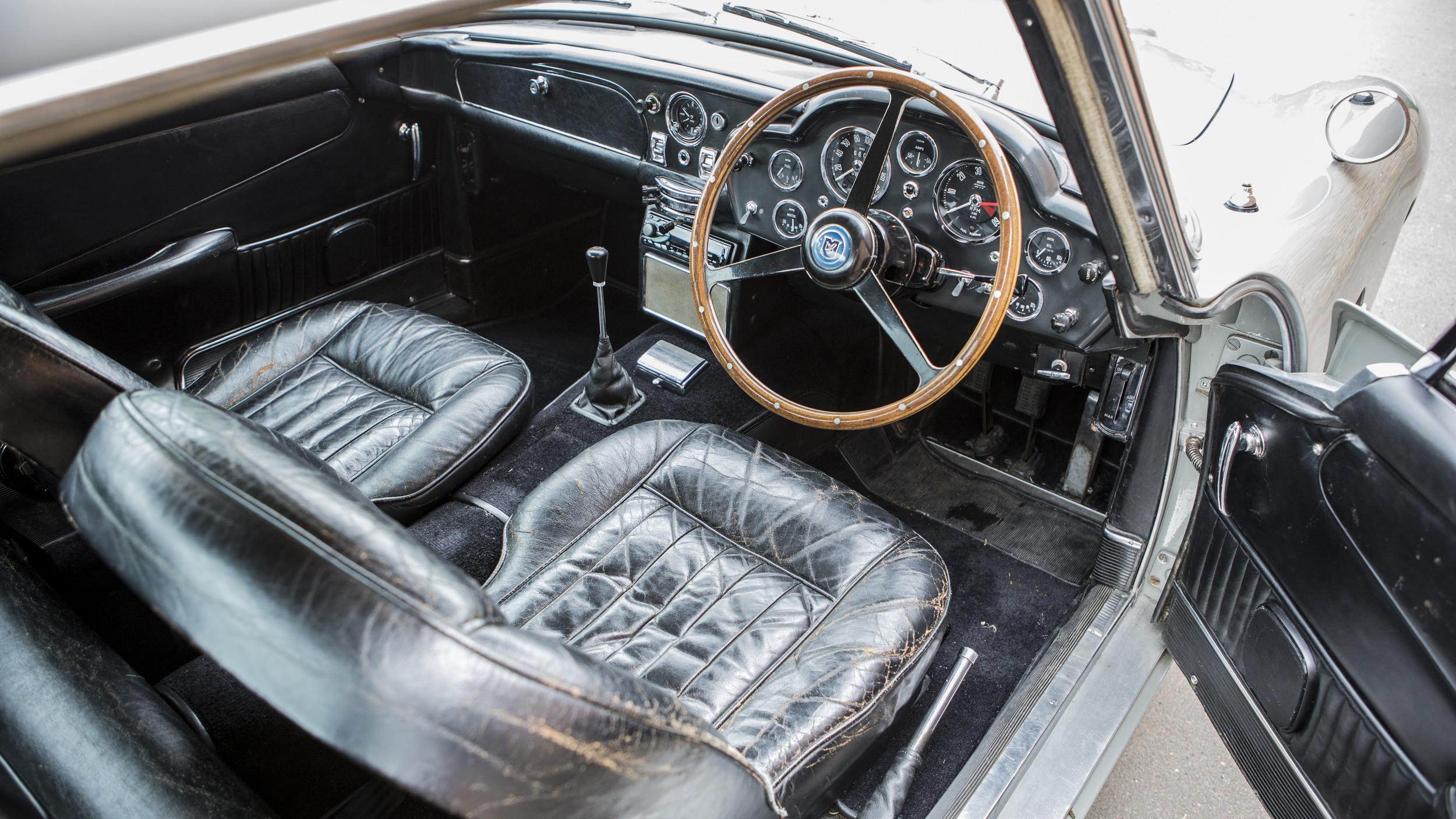 Interior do Aston Martin DB5 dirigido por Pierce Brosnan no filme de 1995