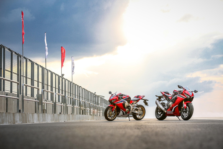 Honda CBR 1000RR 2018 chega ao Brasil em duas versões: ABS por R$ 69.990 (à dir.) e SP por R$ 79.990