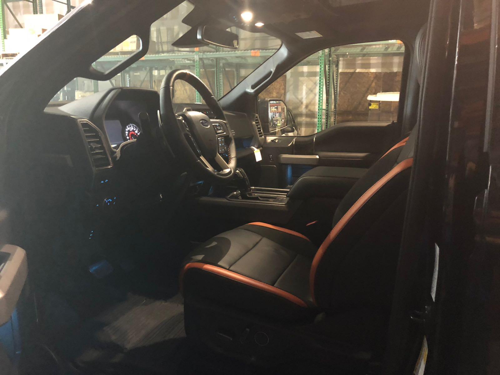 VelociRaptor tem cabine com bancos de couro preto com detalhes vermelhos e muito conforto a bordo