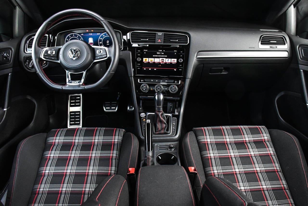 Interior sóbrio do Golf GTI traz os bancos em tecido com detalhes xadrez, remetendo às primeiras gerações do modelo