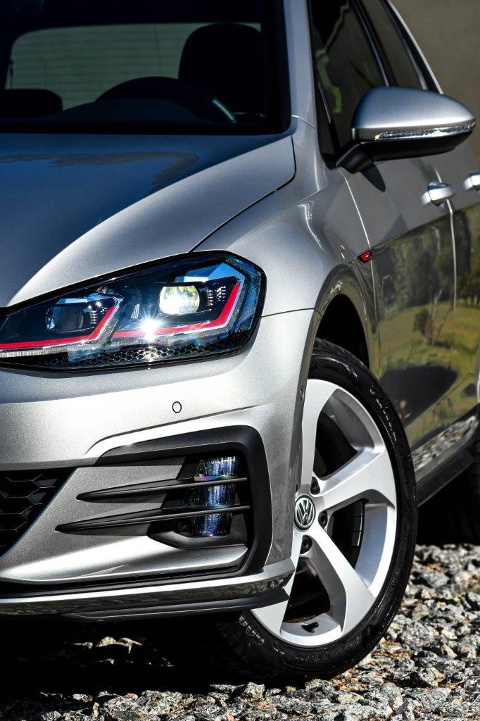 Sensor de estacionamento dianteiro e traseiro, e câmera de ré são itens de série no Golf GTI