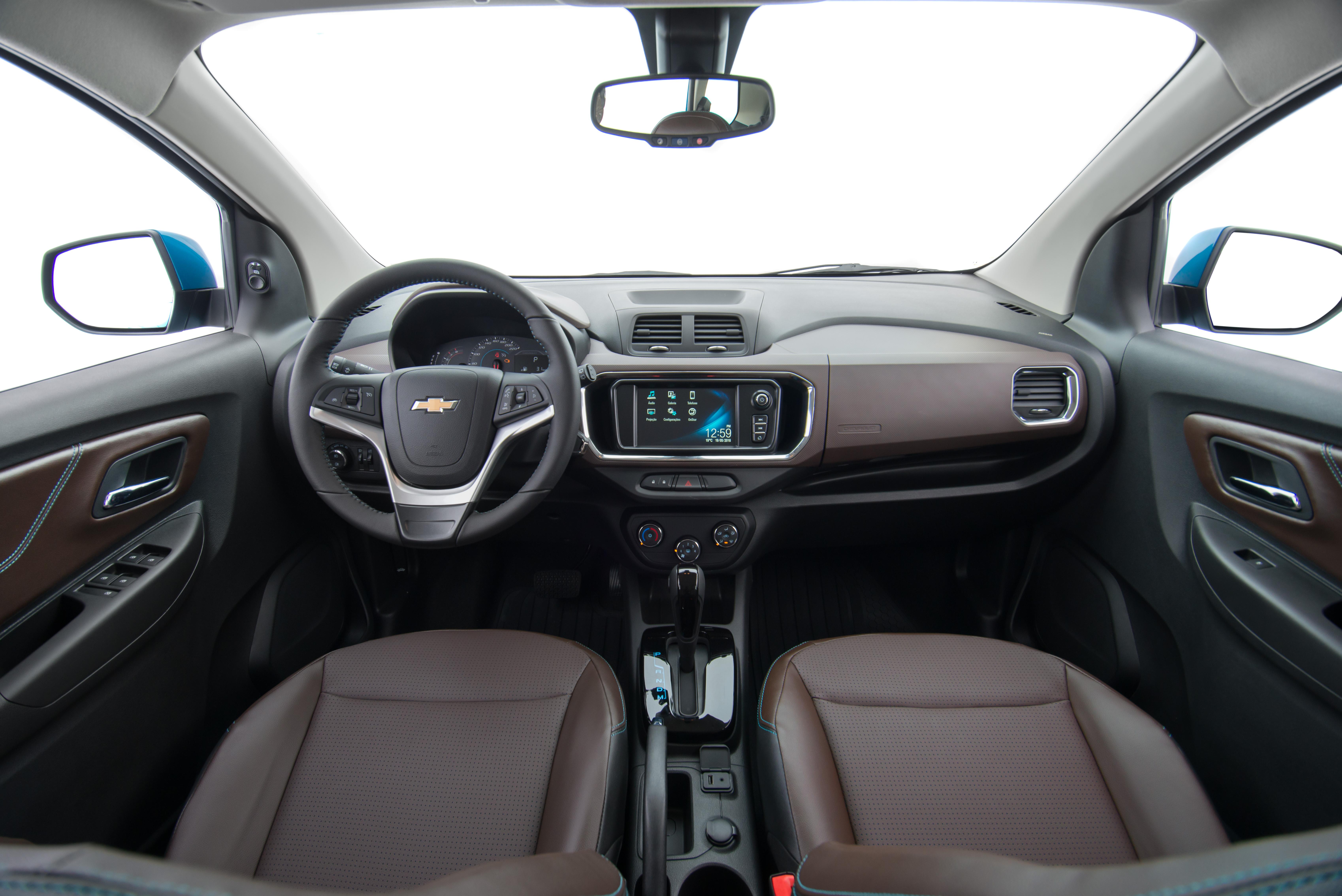 O acabamento interno da minivan segue a filosofia dos demais carros da marca, com bastante plástico; versão LTZ (foto) traz detalhes em marrom e revestimento diferenciado