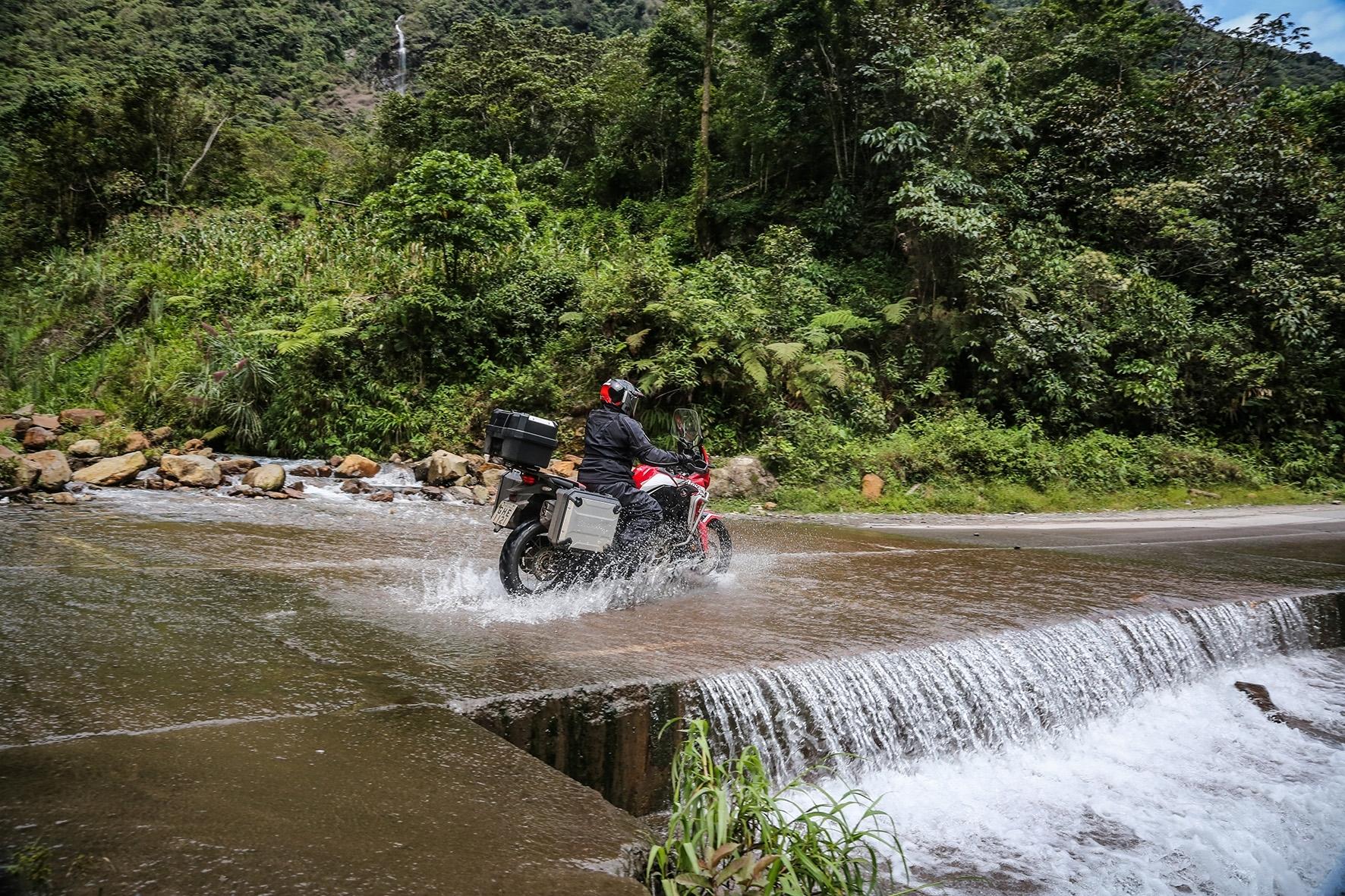 Modelos como a Honda Africa Twin permitem logas viagens sem preocupações com o tipo de terreno