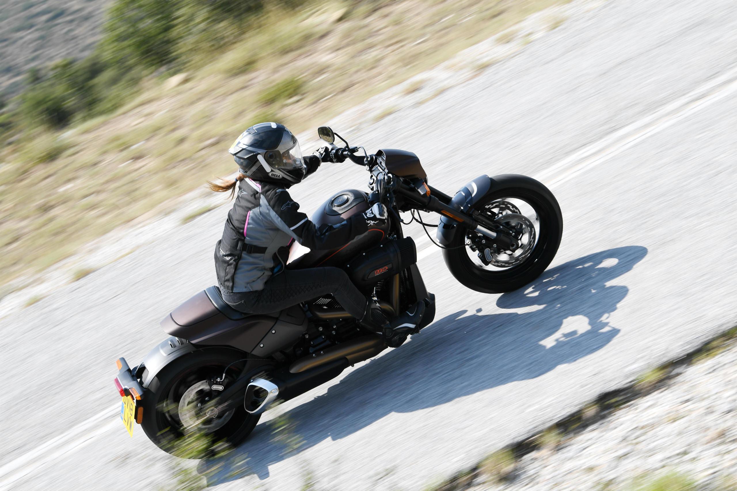 Ergonomia não é um ponto forte da Harley-Davidson FXDR 114