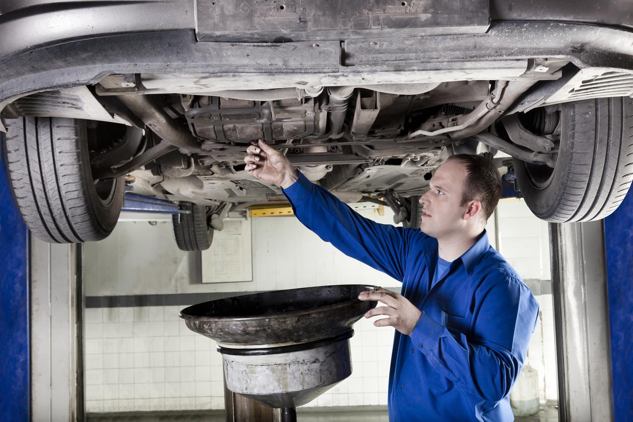 Quando trocar o óleo do carro: homem faz a troca do carro