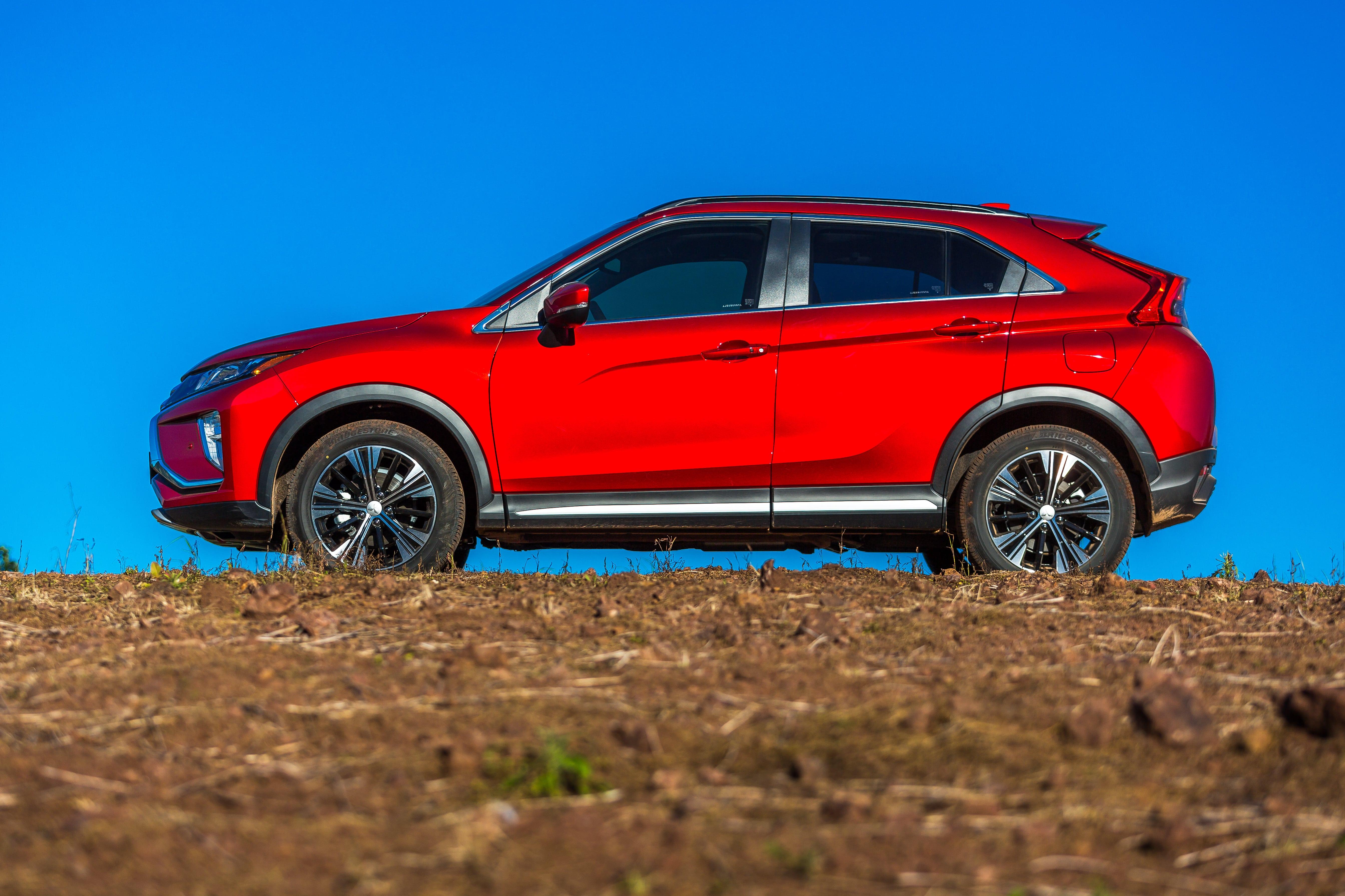 Mitsubishi Eclipse Cross tem lateral com vincos marcantes e rodas de liga leve de 18 polegadas