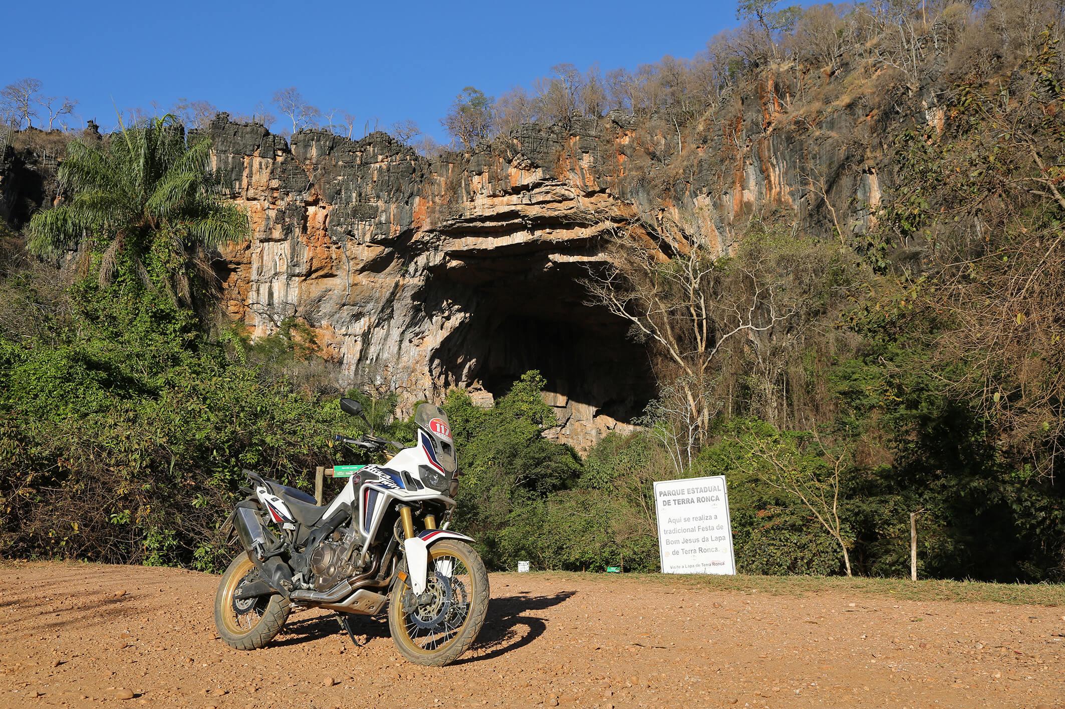 Honda Africa Twin em frente à caverna Terra Ronca, no parque de mesmo nome no Estado de Goiás