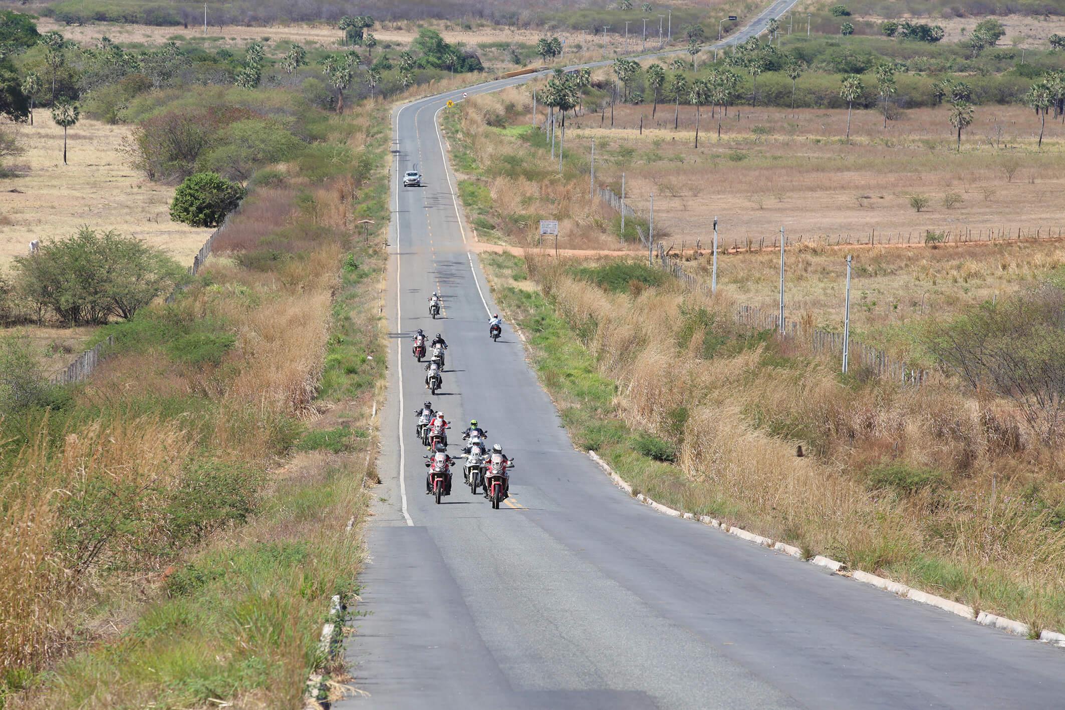 Expedição Africa Twin teve carro de apoio e duas vans, uma para bagagem e outra com moto reserva