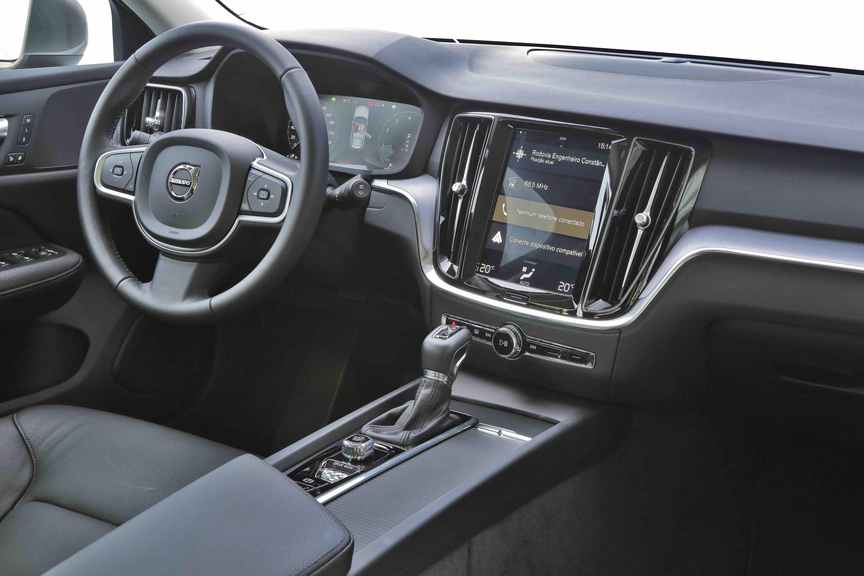 Volvo V60 T5 Momentum tem central multimídia com tela de 9 polegadas