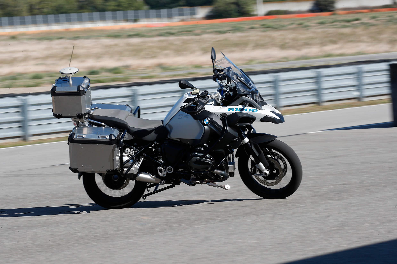 """BMW R 1200 GS autônoma """"andou sozinha"""" em um circuito fechado; mas uma moto sem piloto faz sentido?"""