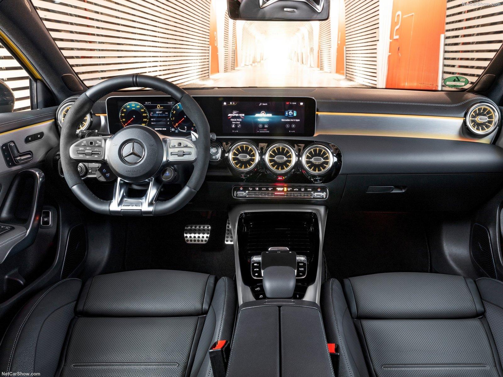 Mercedes-AMG A 35 traz central muntimídia MBUX