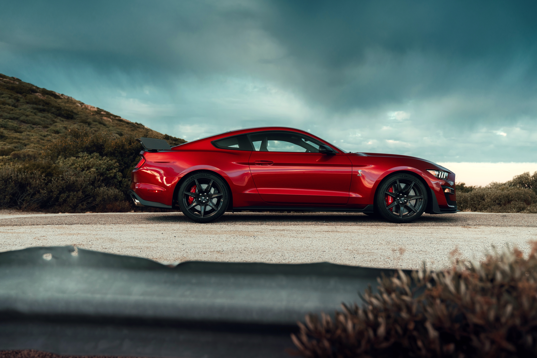 A dianteira do Mustang mantém o desenho antigo dessa nova geração, sem facelift