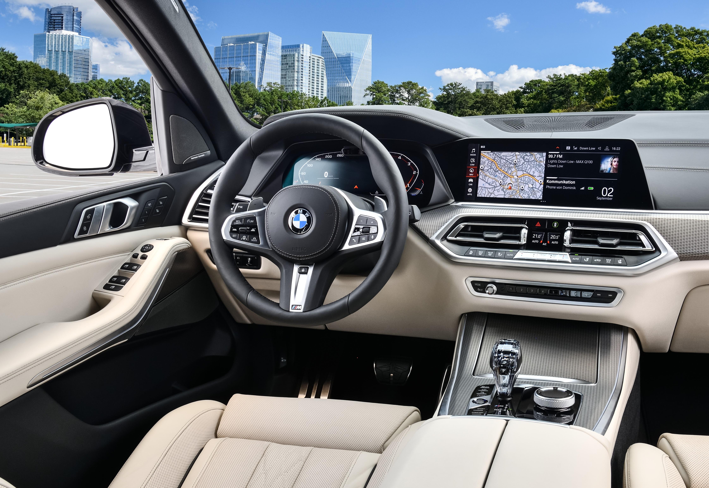 Interior do BMW X5 M50d tem revestimento claro