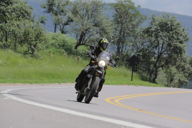 Himalayan quer ser moto aventureira raiz para quem quer viajar por qualquer caminho
