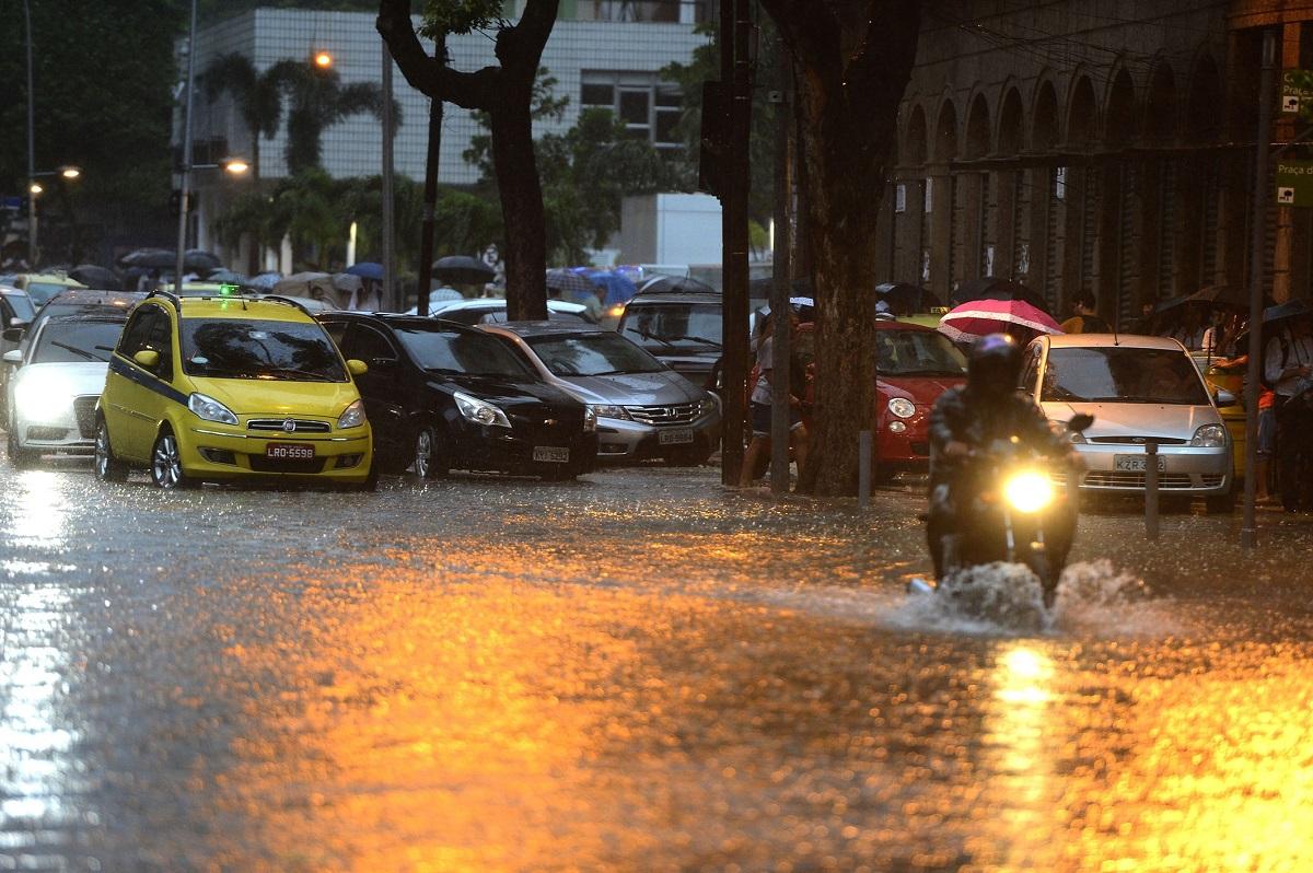 Não atravesse uma enchente de moto