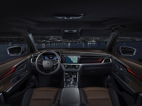 Interior ficou mais moderno e conta com piloto automático adaptativo