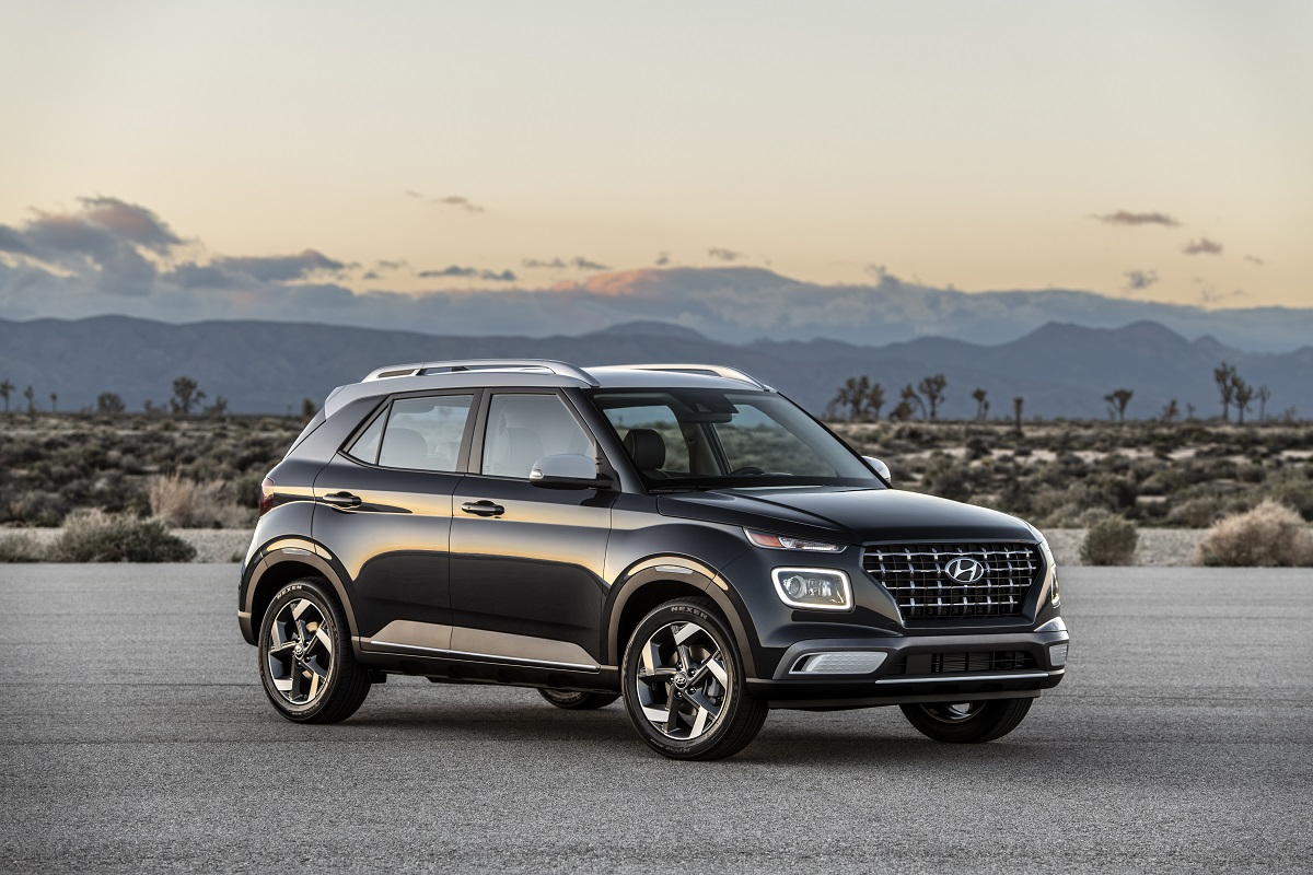 Hyundai Venue de frente na cor preta em um deserto com faróis bem finos e luzes de neblina quadradas e grandes e grade com nichos retangulares