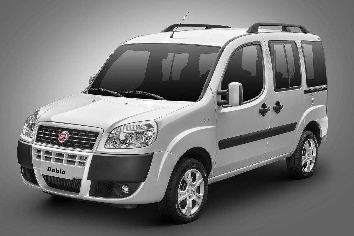Fiat Doblò Essense 2020 prata visto de frente em fundo neutro